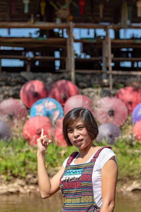 亚裔女服站立在小河的当地泰国 图库摄影