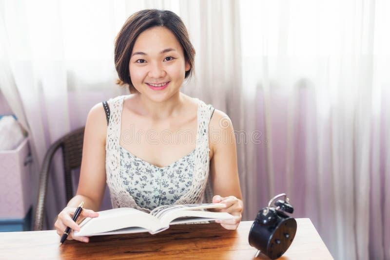亚裔女生读了期末考试的书 免版税库存照片