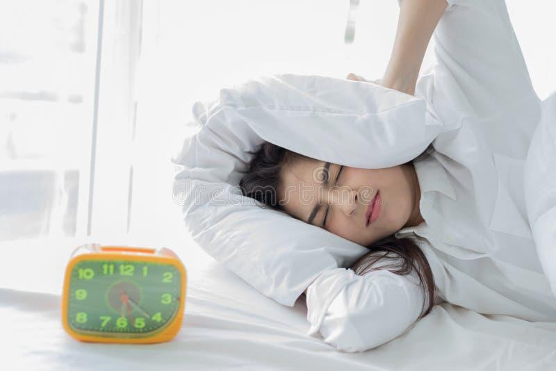 亚裔妇女不喜欢清早醒 困女孩lo 免版税库存图片