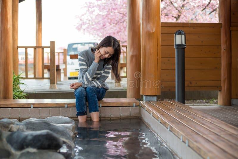 亚裔妇女享受她的脚onsen 免版税库存图片