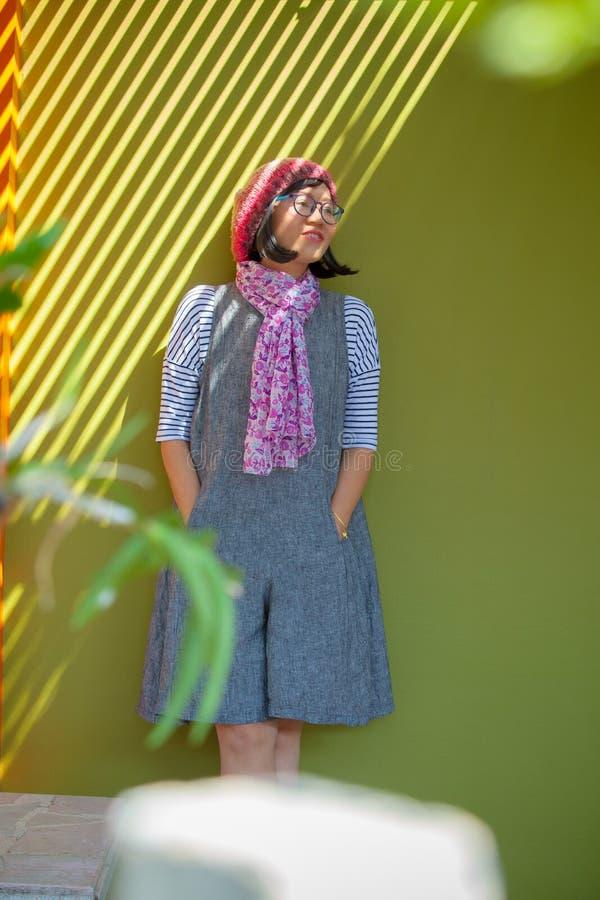 亚裔妇女佩带的大礼服画象和胜利的羊毛敞篷 免版税库存图片