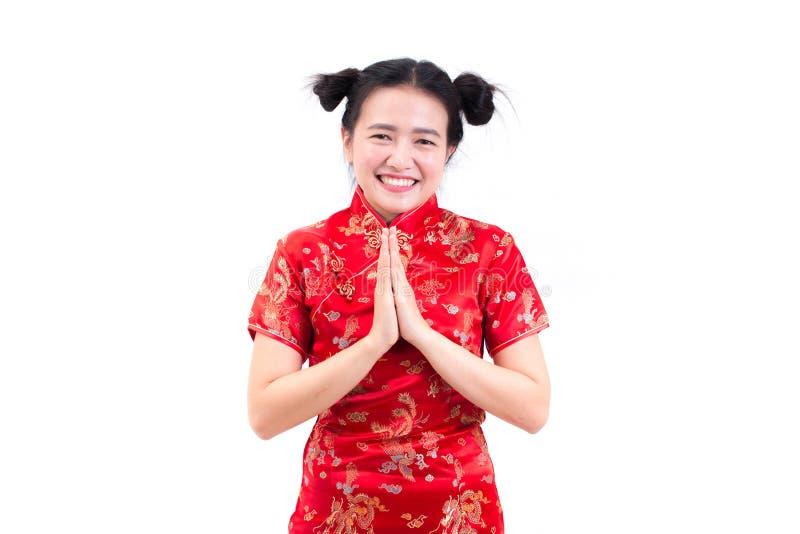 亚裔妇女佩带的汉语穿戴与cong姿态的cheongsam  免版税库存图片