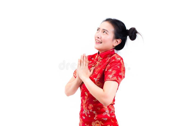 亚裔妇女佩带的汉语穿戴与cong姿态的cheongsam  免版税库存照片