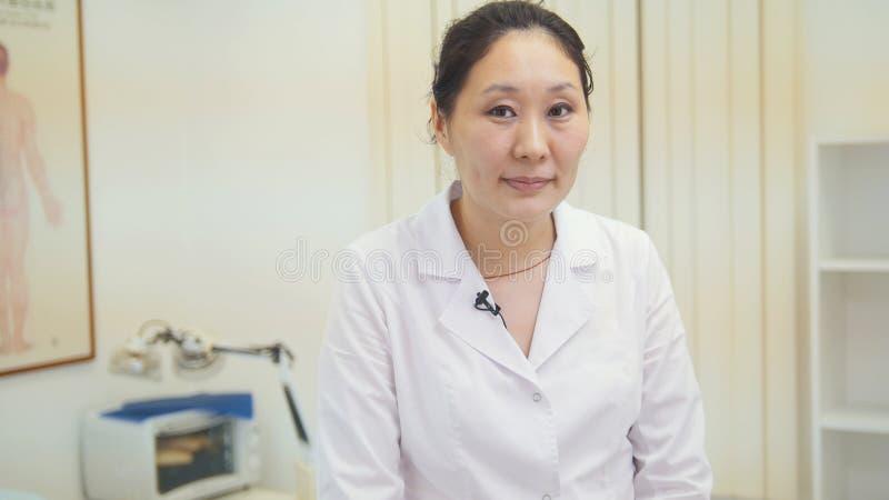 亚裔妇女医生Portret在医院 免版税图库摄影