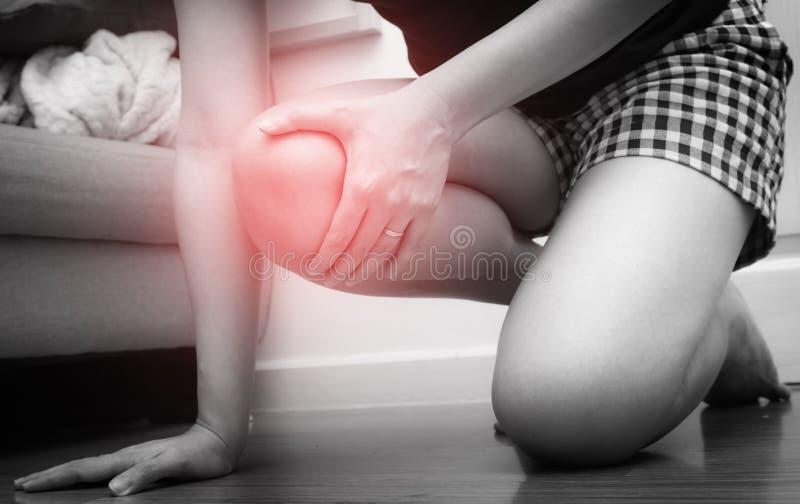 亚裔妇女受了在她的膝盖的伤,与红色斑点 免版税库存照片