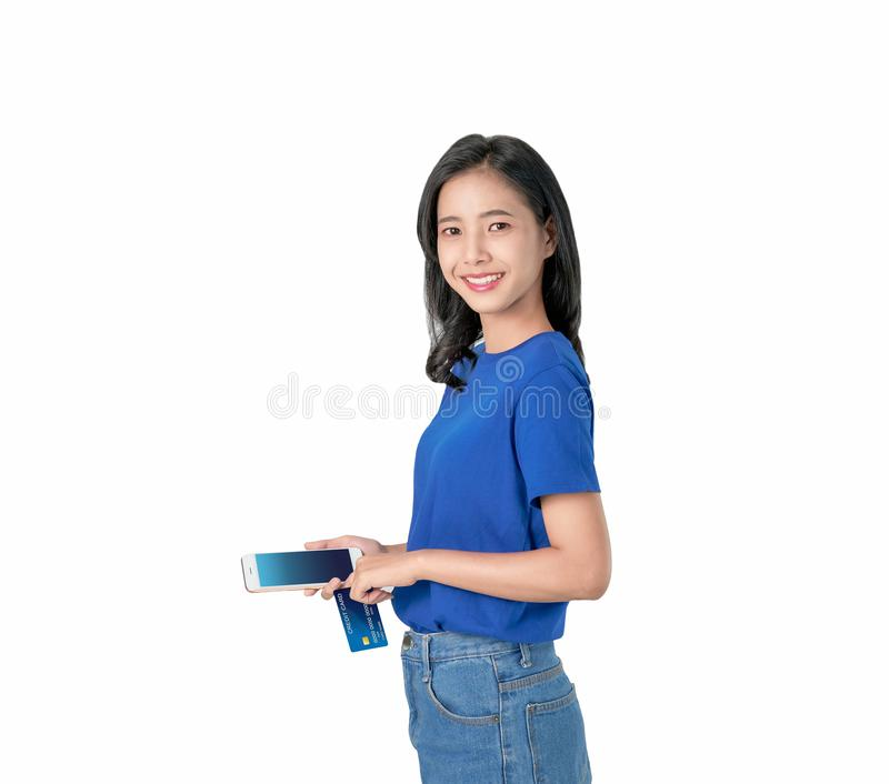 亚裔妇女好皮肤藏品智能手机和信用卡购物网上与明亮微笑在白色背景 免版税库存照片