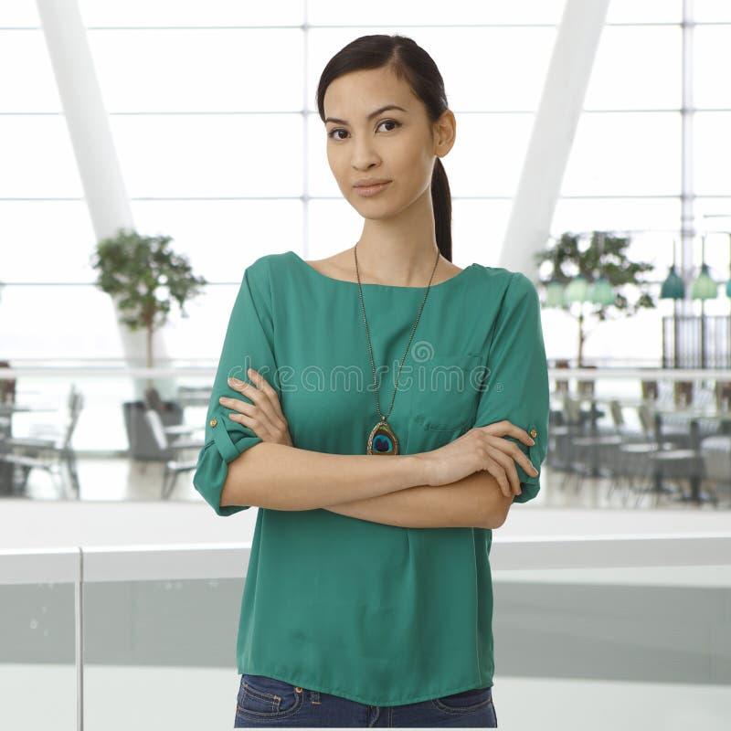 年轻亚裔妇女室内画象  免版税图库摄影