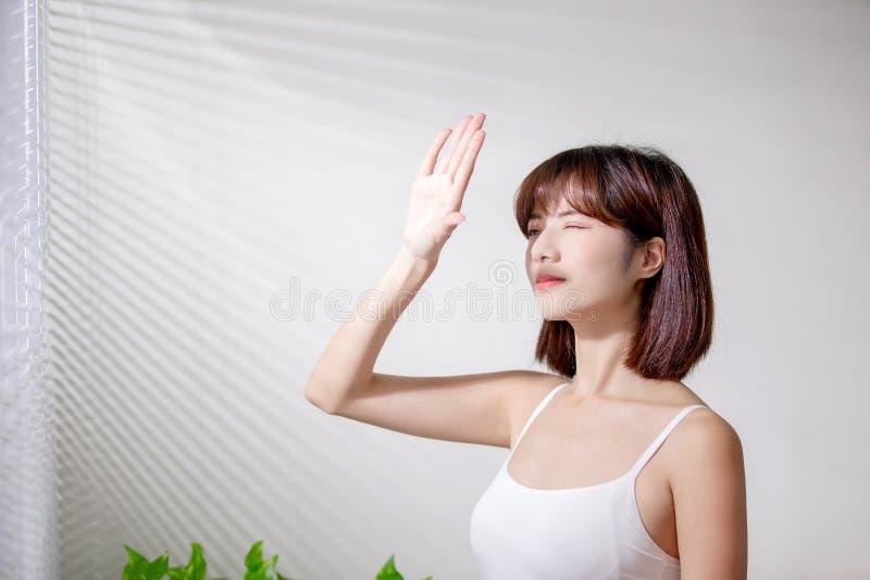 亚裔妇女害怕晒黑 免版税库存照片