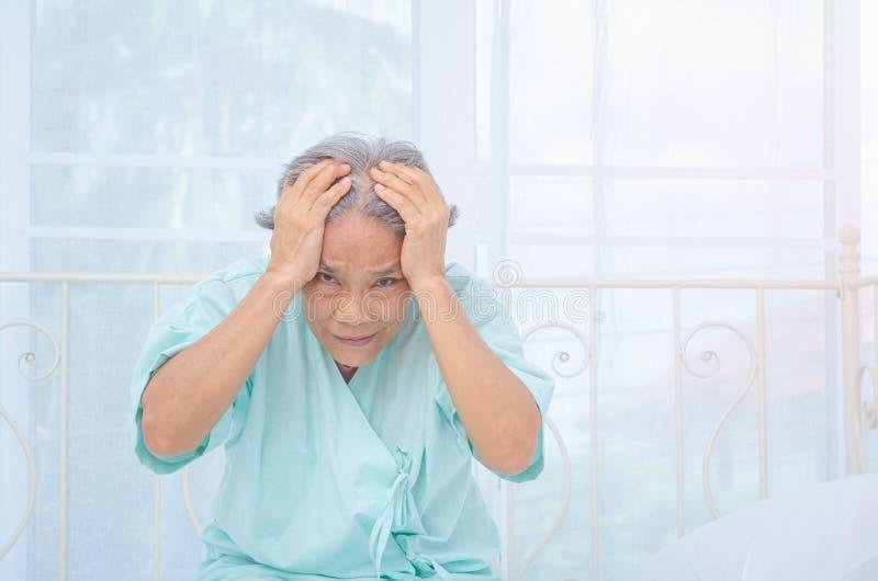 亚裔妇女对痛苦不满意 库存图片