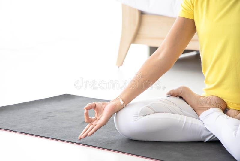 亚裔妇女思考,当实践瑜伽,独立概念,放松妇女的时 免版税库存照片