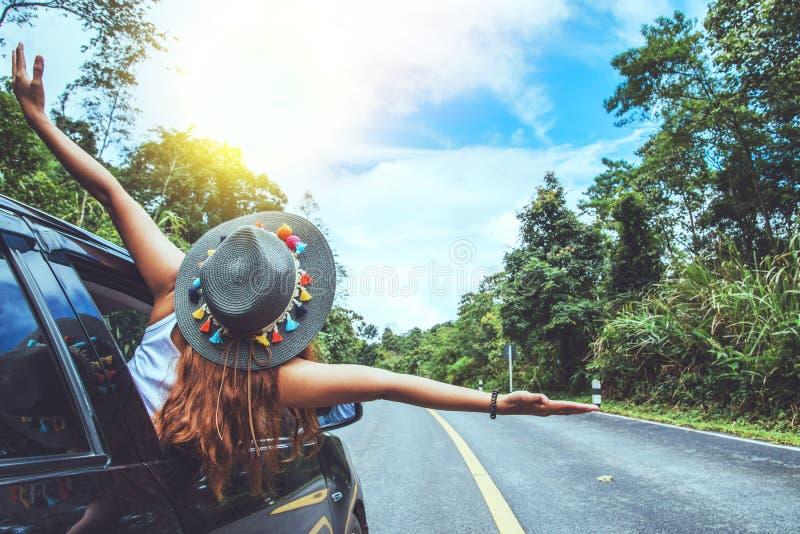 亚裔妇女旅行在假日放松 旅行由停车场 愉快地与自然,农村森林在夏天 免版税库存照片