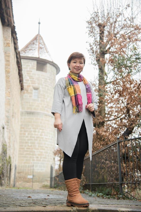 亚裔妇女旅行在冬天的,瑞士,欧洲 免版税库存照片