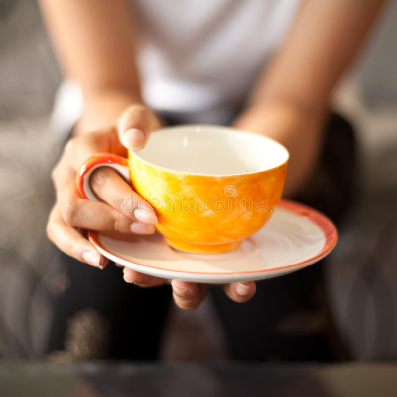 亚裔妇女松弛热的咖啡 免版税库存图片