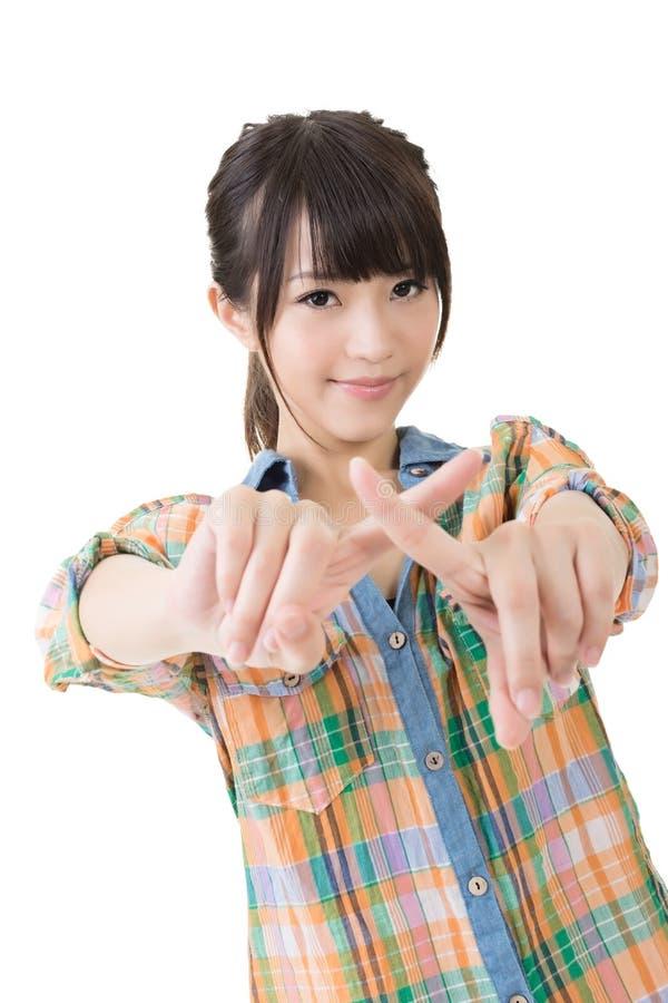年轻亚裔妇女横渡了她的食指 免版税图库摄影