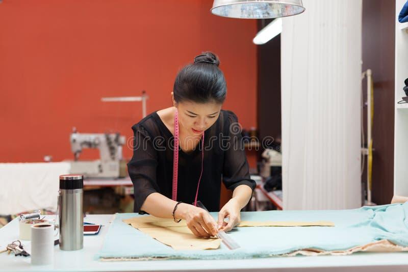 亚裔妇女裁缝时尚衣裳礼服设计师 免版税图库摄影