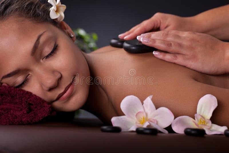 亚裔妇女 温泉治疗和按摩 图库摄影