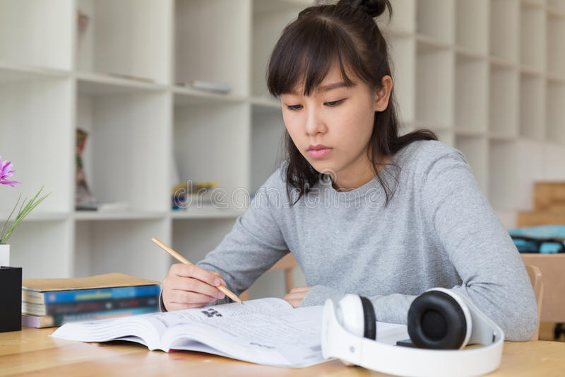 亚裔学习在学校的女孩女性少年 学生读的b 库存照片
