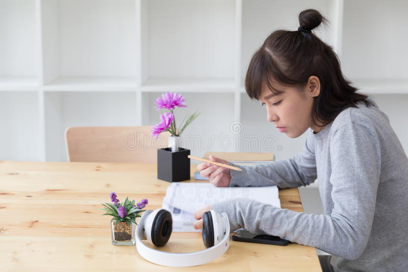 亚裔学习在学校的女孩女性少年 学生读的b 免版税库存照片