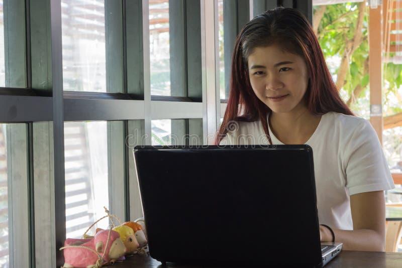 亚裔学生使用一种片剂检查他们的等级 库存图片