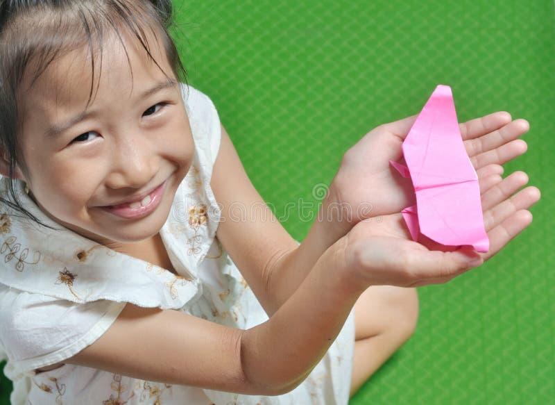 亚裔孩子显示她的origami纸工艺 库存照片