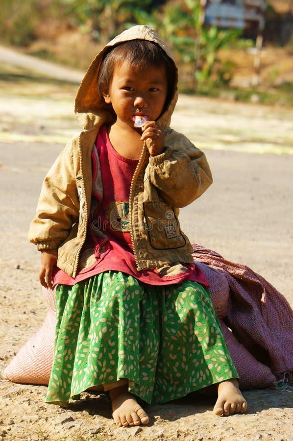 亚裔孩子,贫寒,肮脏的越南孩子 库存图片