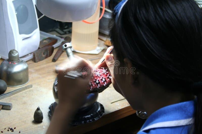 亚裔宝石工人 免版税库存照片