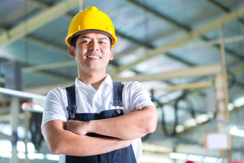 亚裔工作者在工厂或工厂设备 免版税库存照片