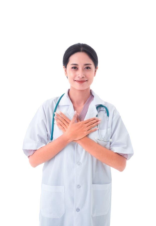 亚裔年轻女性医生画象制服和听诊器的在脖子 看与微笑的照相机 库存照片