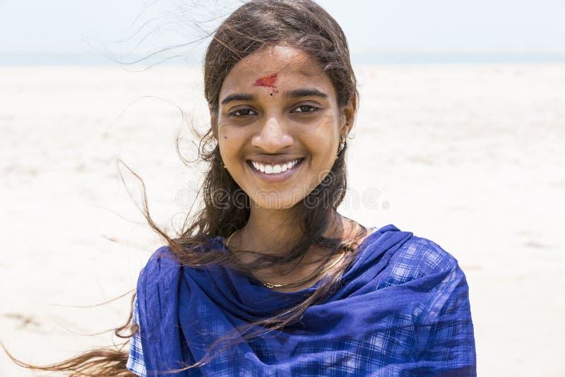 亚裔年轻美丽的妇女微笑的佩带的传统印地安礼服莎丽服画象  免版税库存照片