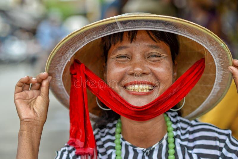 亚裔愉快的微笑的妇女 免版税库存照片