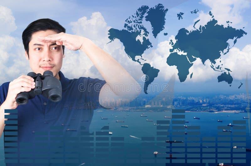 亚裔投资者两次曝光有双筒望远镜的 在从空中和财政图表的海景视图 库存图片