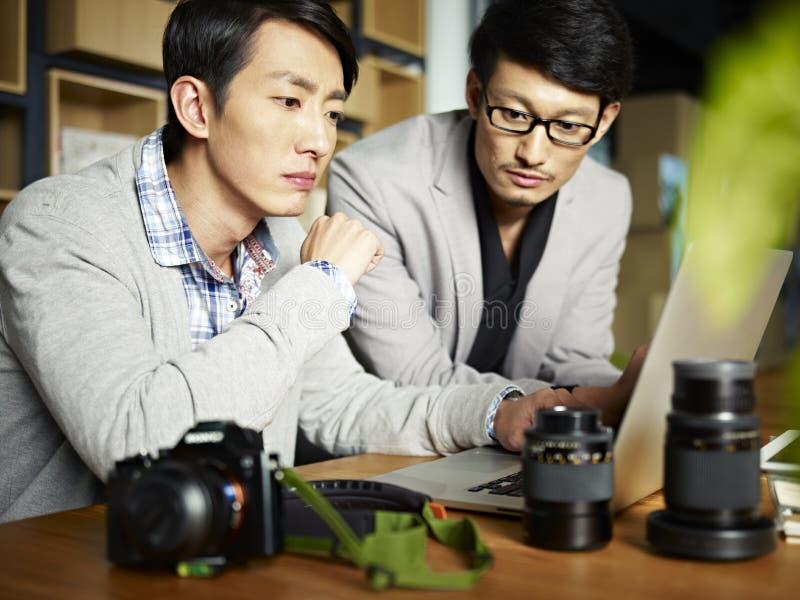 亚裔摄影师在工作 库存图片