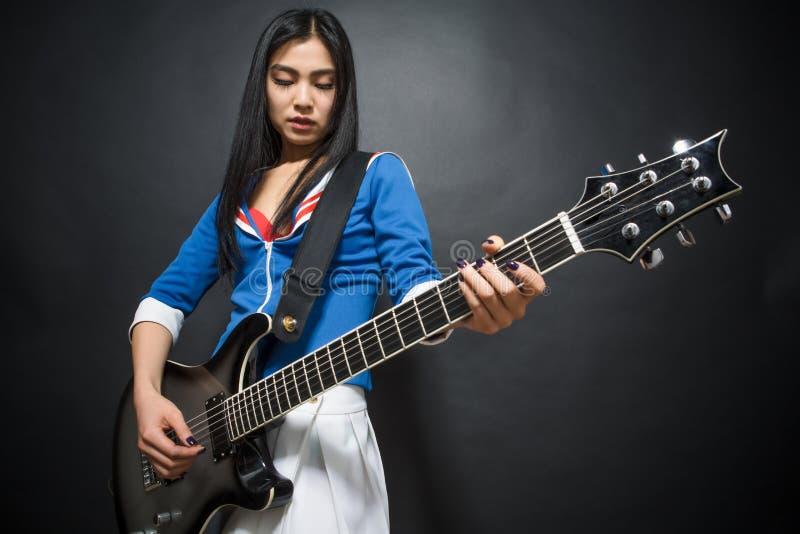 亚裔摇滚明星夫人在演播室 库存照片