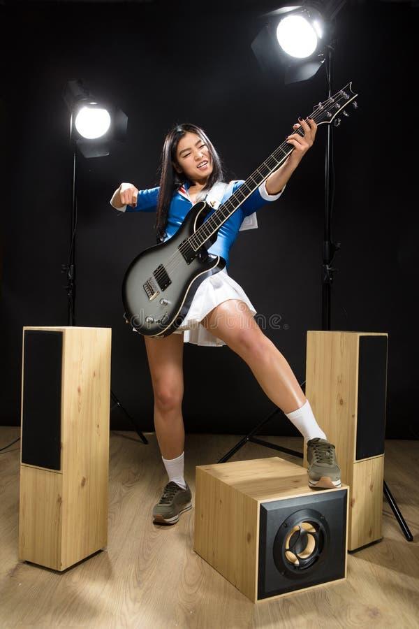 亚裔摇滚明星夫人在演播室 免版税库存照片
