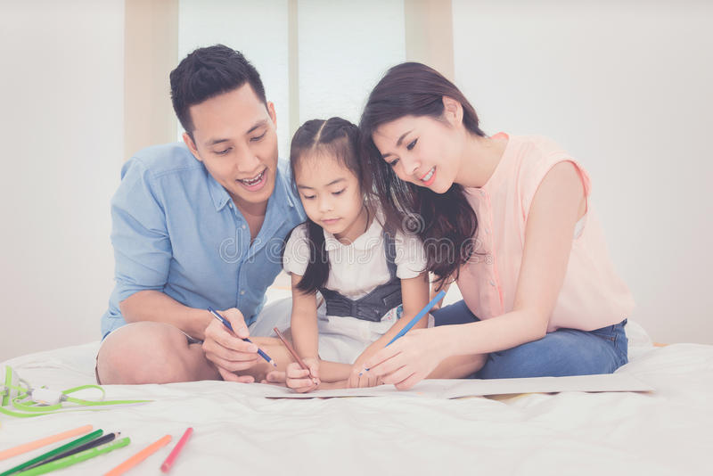 亚裔教她的女儿孩子的父母 图库摄影