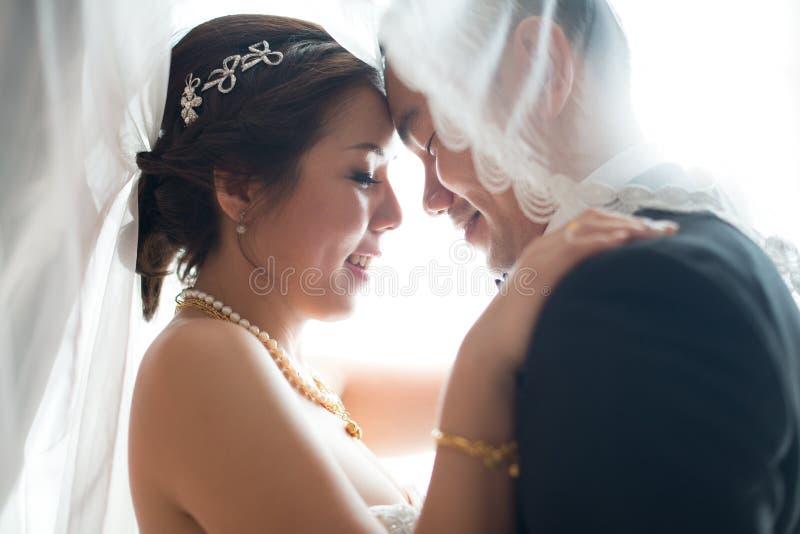 亚裔新娘和新郎跳舞 库存图片