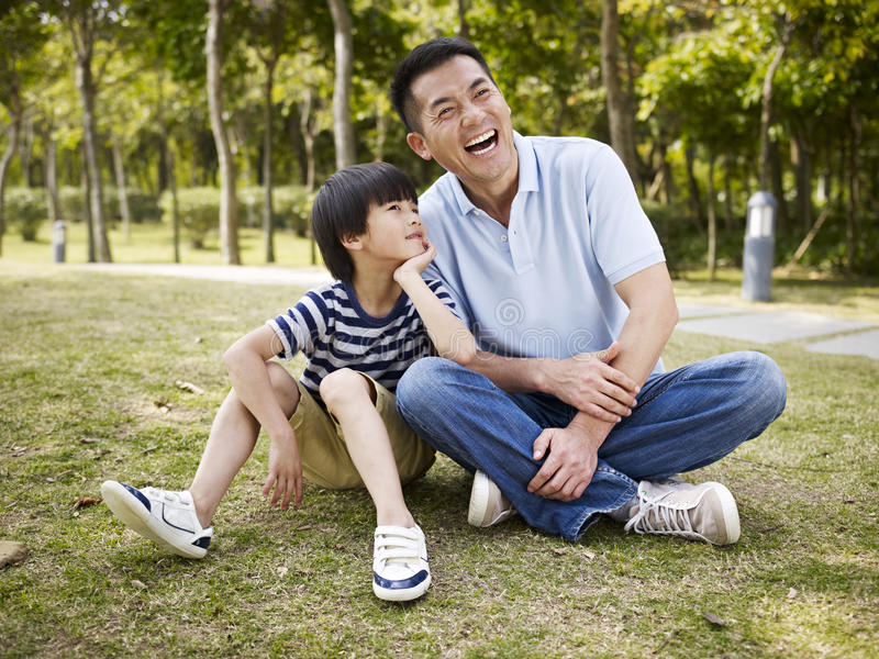 亚裔有父亲和的儿子交谈 免版税图库摄影