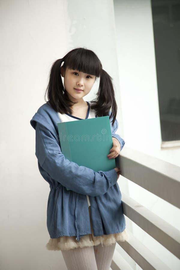 亚裔校园读取学员 免版税库存图片