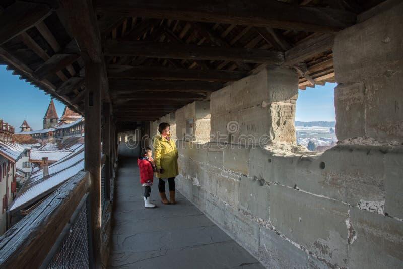 亚裔母亲和女儿,穆尔滕镇在冬天,瑞士,欧洲 免版税库存照片