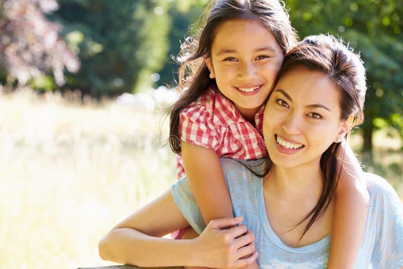 亚裔母亲和女儿画象在乡下 免版税库存照片