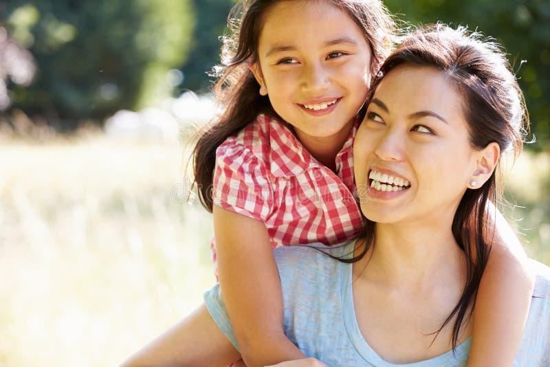 亚裔母亲和女儿画象在Countrysi 库存图片