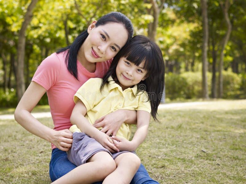 亚裔母亲和女儿画象  免版税库存照片