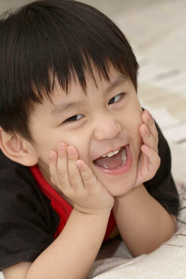 亚裔河床男孩位于的微笑 免版税库存图片