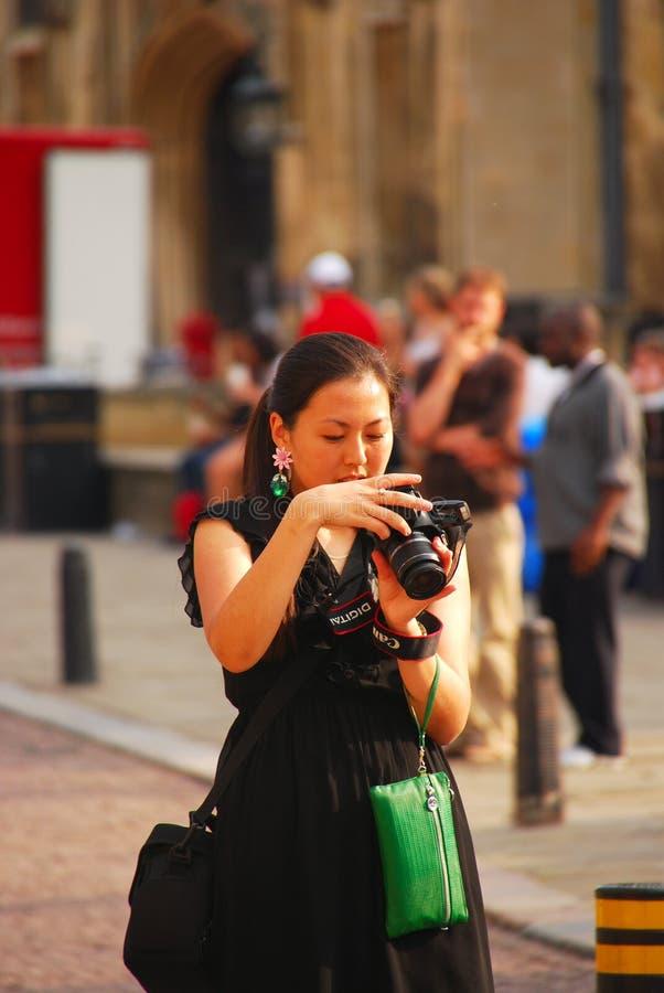 亚裔游人在设法的欧洲拍好照片 免版税库存图片