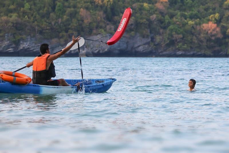 亚裔父亲和女儿是教和训练救生员或抢救在海滩 库存照片