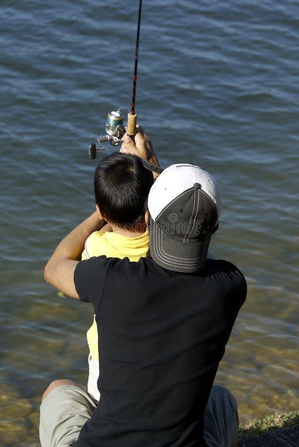 亚裔爸爸捕鱼儿子