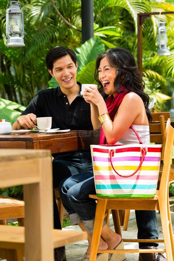 亚裔男人和妇女餐馆或咖啡馆的 免版税库存照片
