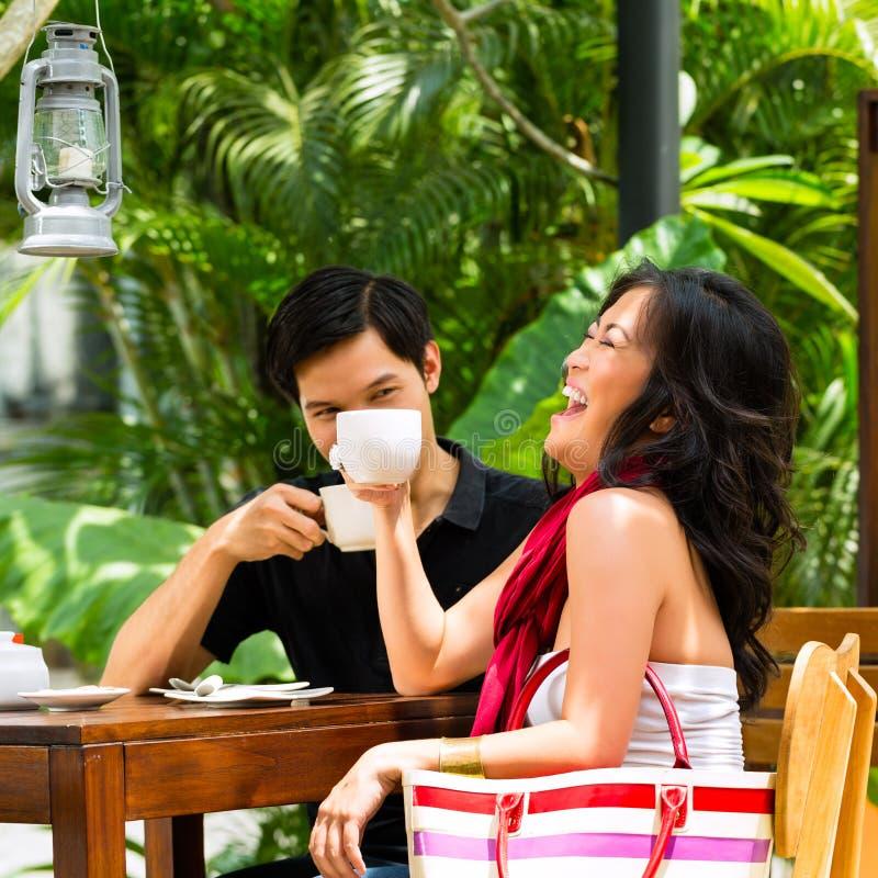 亚裔男人和妇女餐馆或咖啡馆的 图库摄影