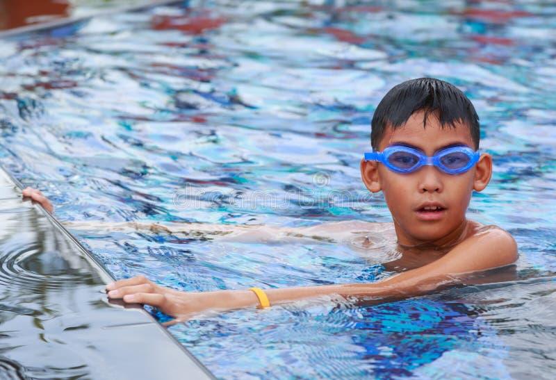 亚裔男孩愉快的游泳 库存图片