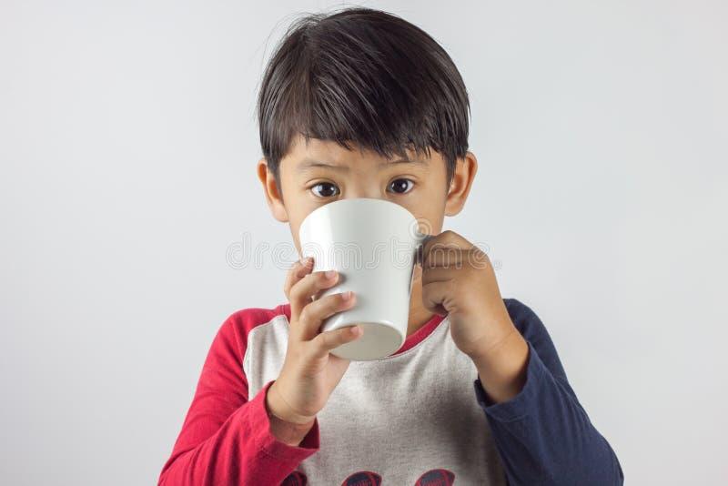 亚裔男孩饮用奶 库存图片